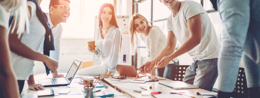 junges Projektteam arbeitet in modernem Büro